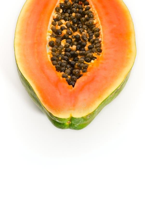 Schneiden Sie die Papayafrucht, die auf weißem Hintergrund getrennt wird stockfoto