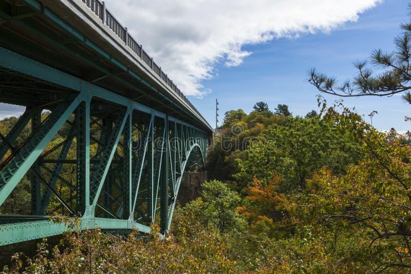 Schneiden Sie Fluss-Brücke stockfotos
