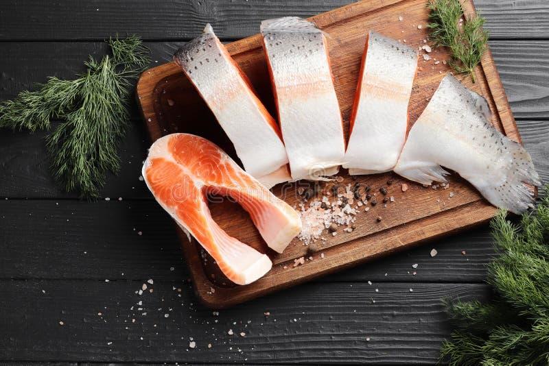 Schneiden Sie frische Lachse auf einem Holztisch lizenzfreie stockfotos