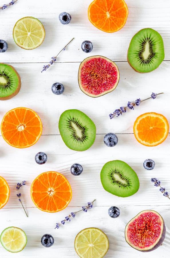 Schneiden Sie Fruchtdesign mit Blaubeere und Lavendel auf weißem Draufsichtmuster des Hintergrundes lizenzfreie stockfotos