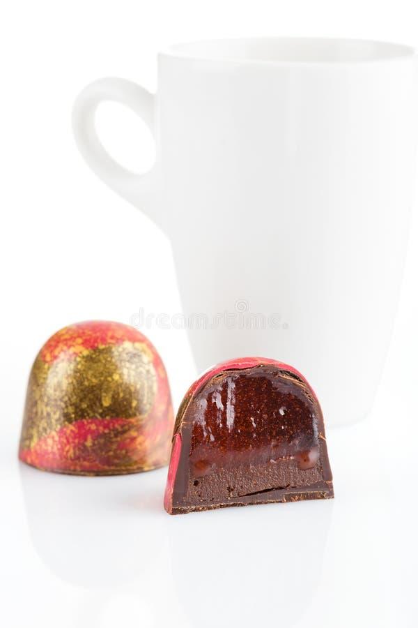 Schneiden Sie handgemachte Süßigkeit mit mit Schokolade ganache und rotem Confiture lizenzfreie stockfotografie