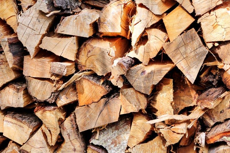 Schneiden Sie Holz, Brennholz für den Winter Schneiden Sie Klotzfeuerholz und bereite Stück Hölzer für Heizungsholz stockfoto