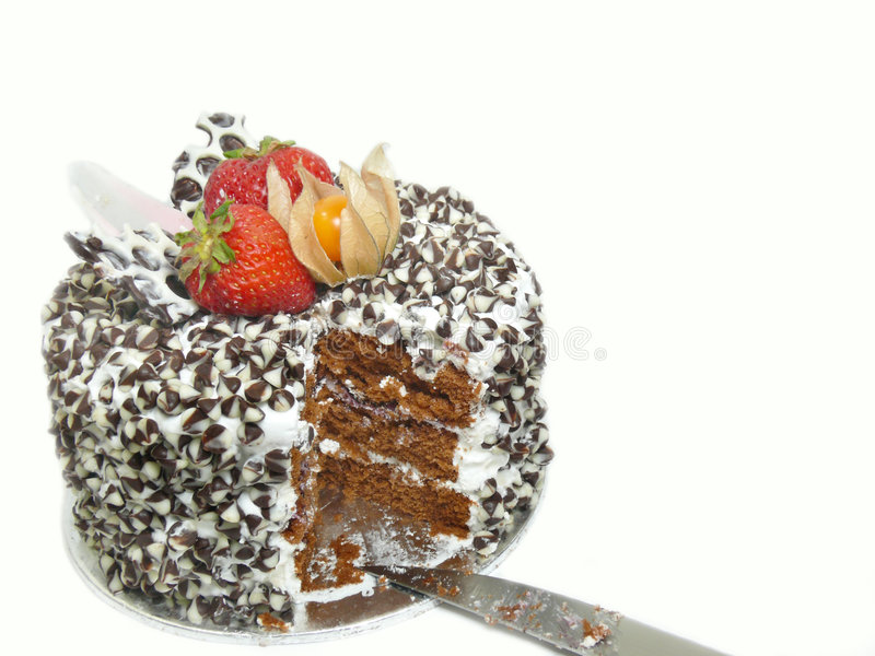 Schneiden Sie Kuchen mit Schokoladenchips und -beeren stockfotos