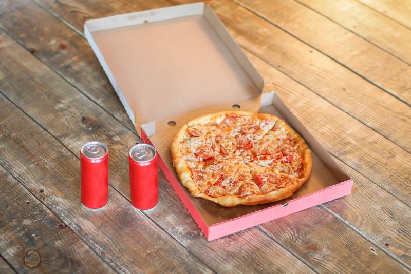 Schneiden Sie Pizza im Kasten und in der Dose Soda stockbild