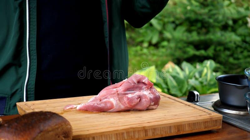 Schneiden Sie rohes Schweinefleisch stockbilder