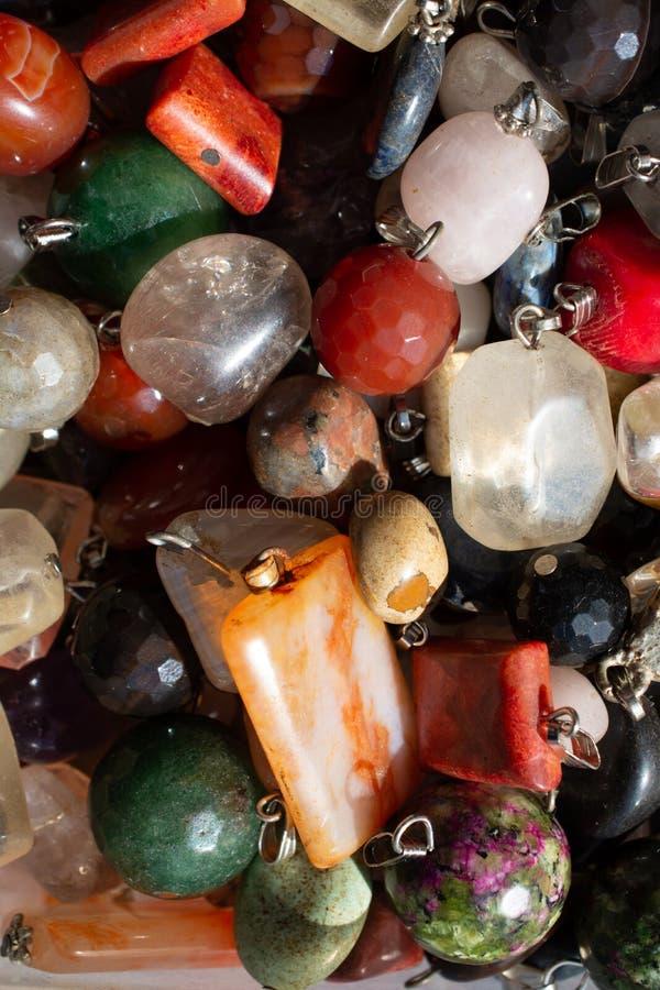 Schneiden Sie Stück natürliche Mineraledelsteine als Halskette lizenzfreie stockbilder