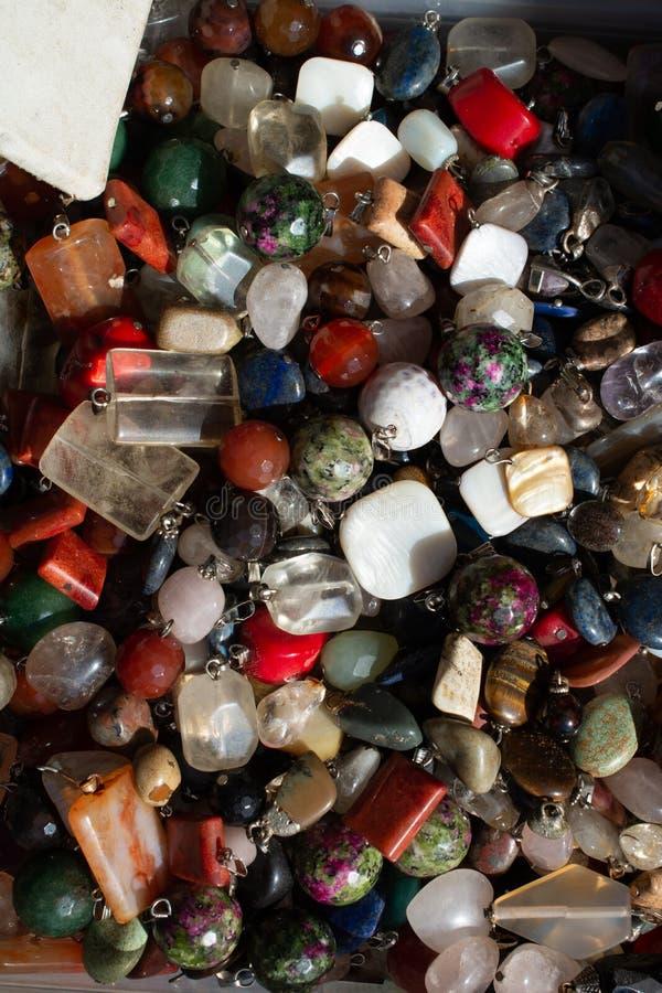 Schneiden Sie Stück natürliche Mineraledelsteine als Halskette lizenzfreie stockfotos