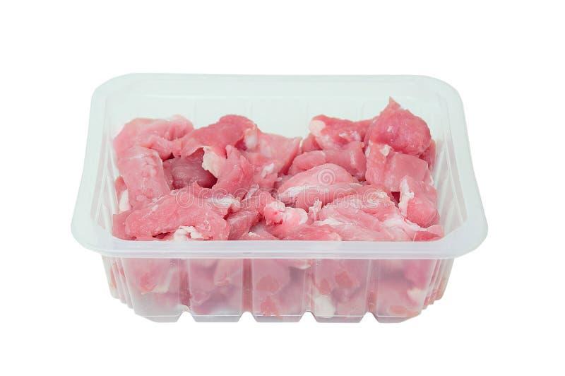 Schneiden Sie in Stückchen rohes Schweinefleisch im Kunststoffgehäuse stockfotos