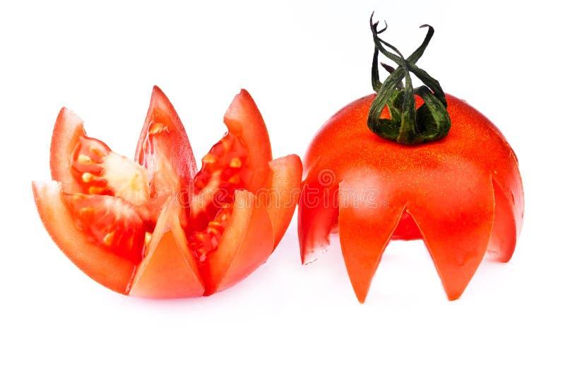 Schneiden Sie Tomate auf Weiß. stockfotografie