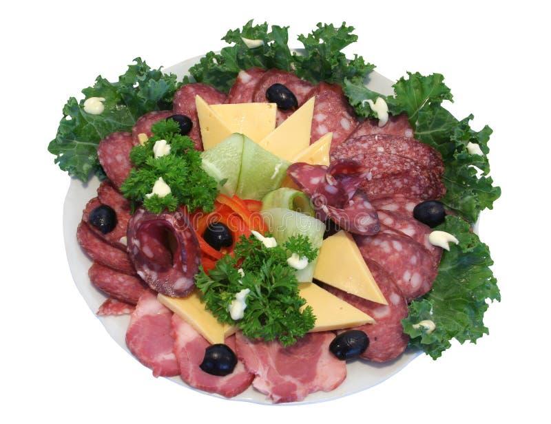Schneiden Sie Wurst und kaltes gekochtes Schweinefleisch mit Gemüse stockfoto