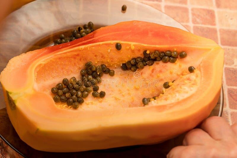 Schneiden Sie in zwei Teile Papayafrucht mit Samen stockbilder