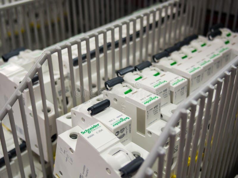 Schneider Electric schaltet im Regal in ein elektrisches Kaufhaus stockfoto