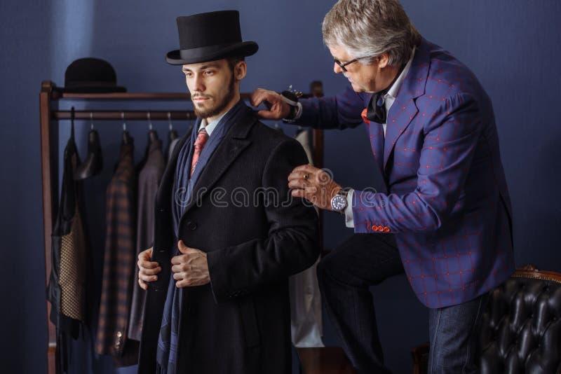 Schneider mit Kunden im Atelier Nähender maßgeschneiderter Anzug stockfoto