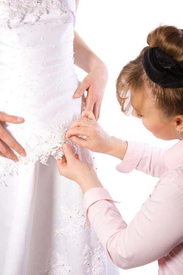 Schneider nähen Kleid der Braut lizenzfreie stockfotografie