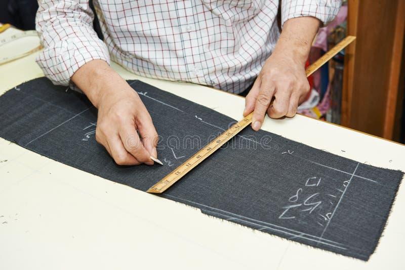 Schneiderhände bei den Arbeiten stockbilder