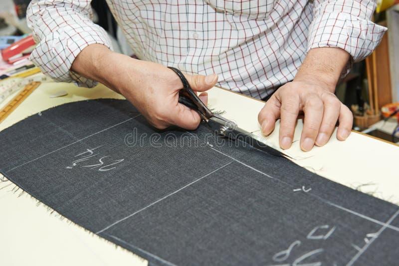 Schneiderhände bei den Arbeiten lizenzfreie stockbilder