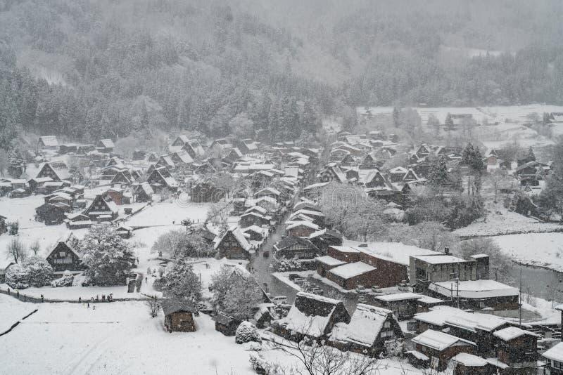 Schneien im Dorf im Tal und in den Schneedecken das ganze Dorf stockfotos