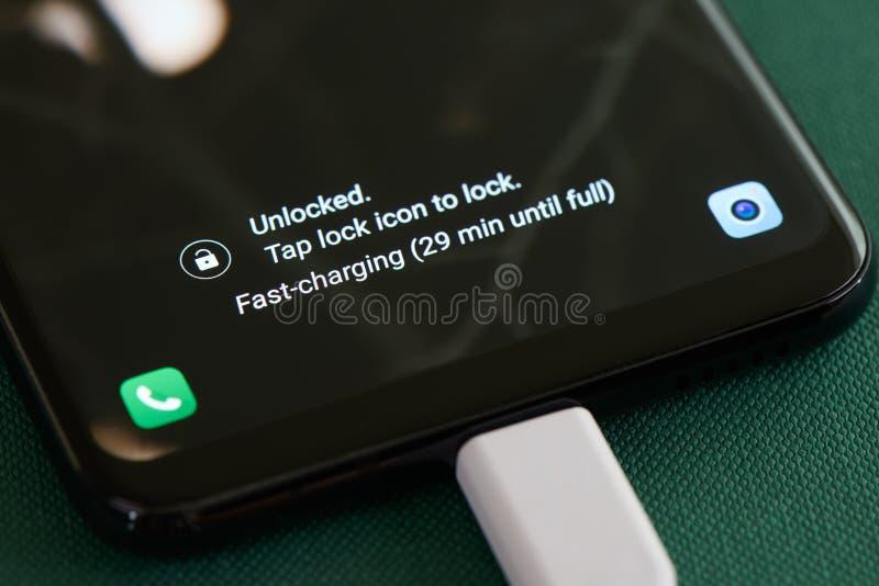 Schnell-Aufladungsmitteilung auf Smartphone stockbilder
