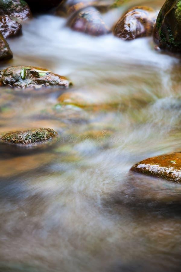 Schnell fließendes Wasser im Berg lizenzfreie stockfotos