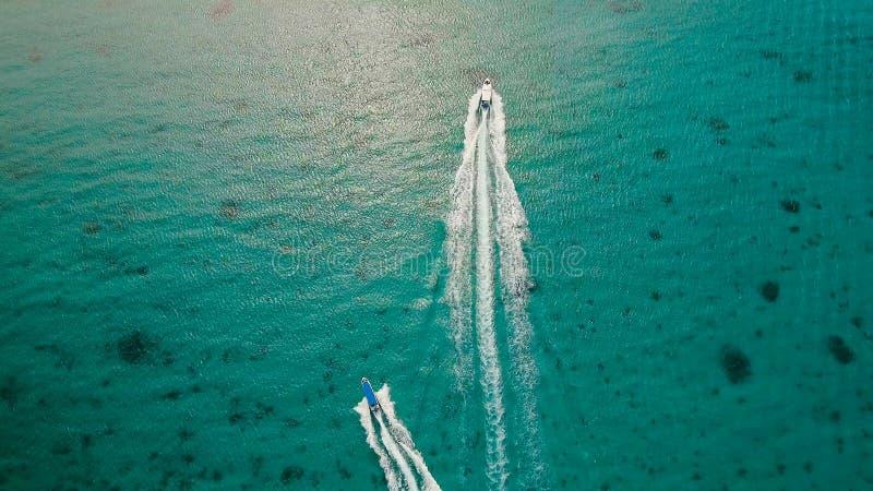 Schnellboot auf dem Meer, Vogelperspektive Boracay-Insel, Philippinen stockfotos