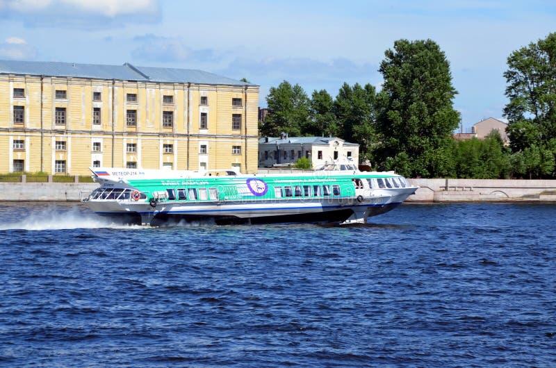 Schnellboot auf dem Neva-Fluss lizenzfreie stockfotografie