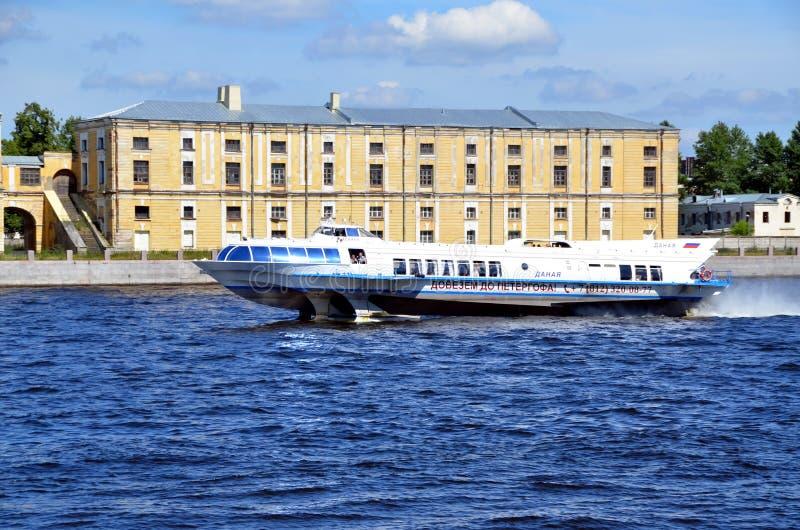 Schnellboot auf dem Neva-Fluss lizenzfreies stockbild