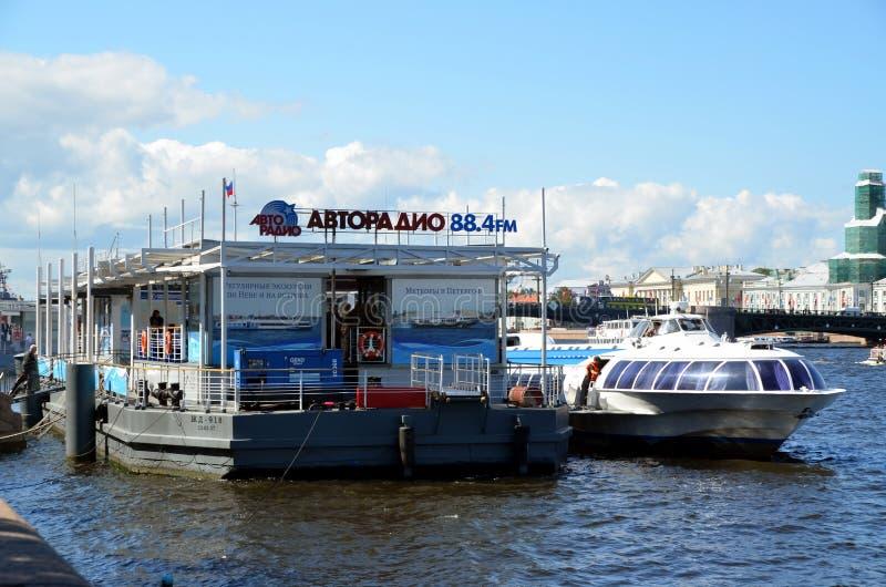 Schnellboot auf dem Neva-Fluss lizenzfreie stockbilder