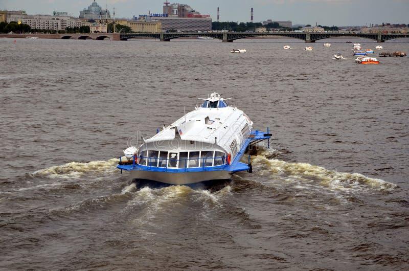 Schnellboot auf dem Neva-Fluss stockfoto