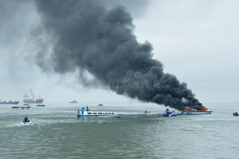 Schnellboot auf Feuer in Tarakan, Indonesien