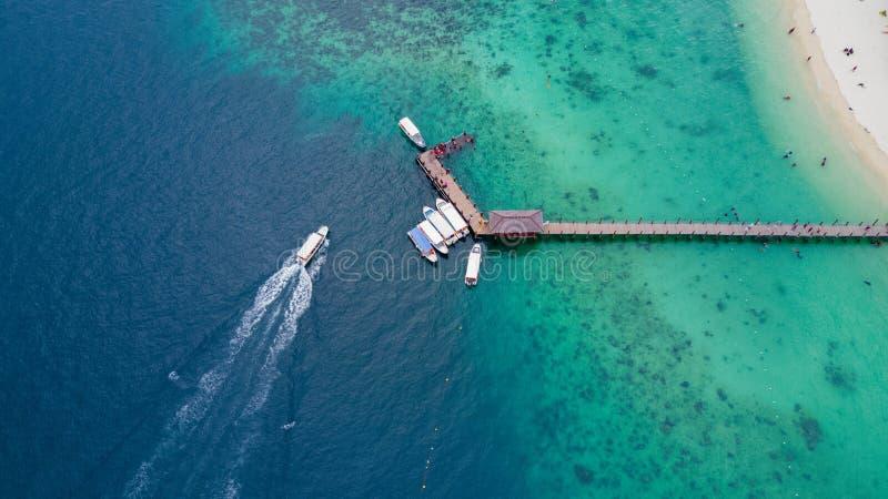 Schnellboot, das zur Manukan-Inselanlegestelle vorangeht lizenzfreie stockbilder