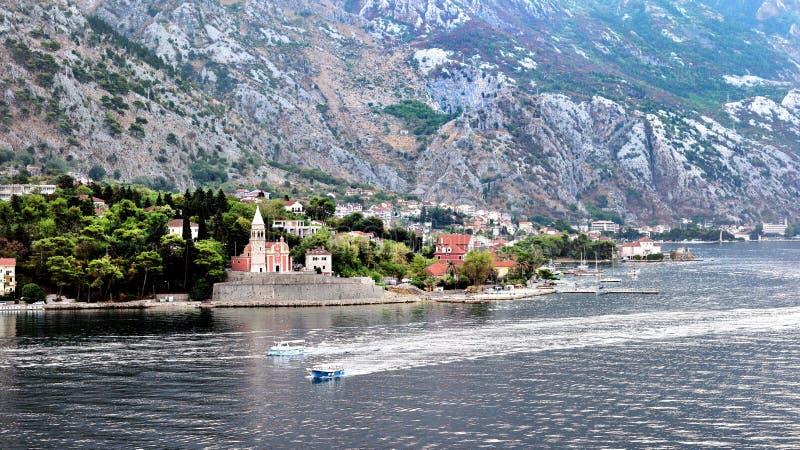 Schnellboote und die Kirche von St. Eustachius, Kotor, Montenegro lizenzfreies stockfoto