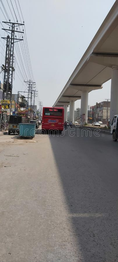 Schnellbusdienst und Orangenbahn in Lahore Pakistan stockfotografie