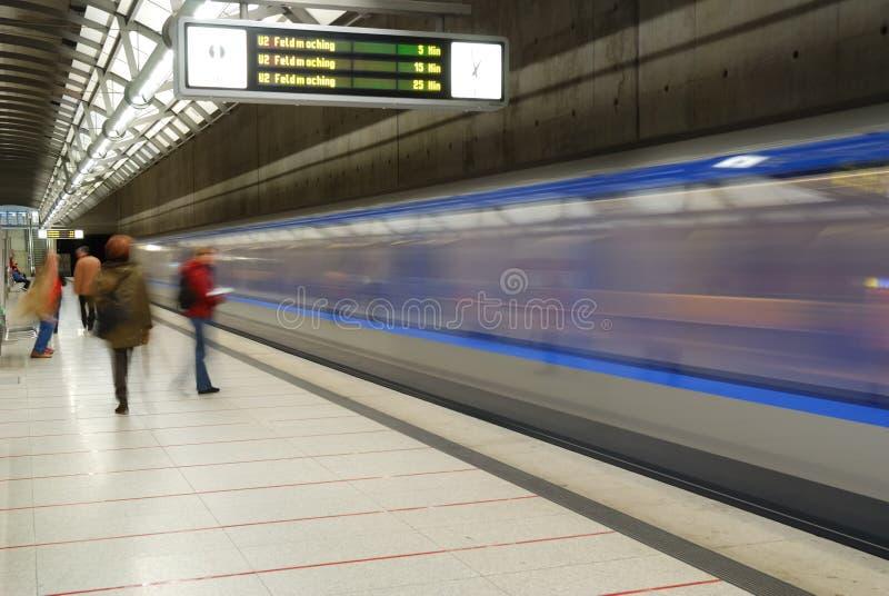 Schnelle blaue Untergrundbahn stockfotografie