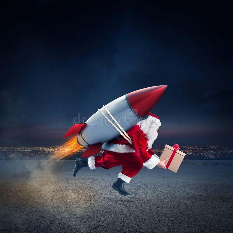 Schnelle Lieferung von den Weihnachtsgeschenken bereit, mit einer Rakete zu fliegen lizenzfreie stockfotografie