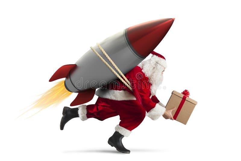 Schnelle Lieferung von den Weihnachtsgeschenken bereit, mit einer Rakete zu fliegen lokalisiert auf weißem Hintergrund lizenzfreie stockfotos