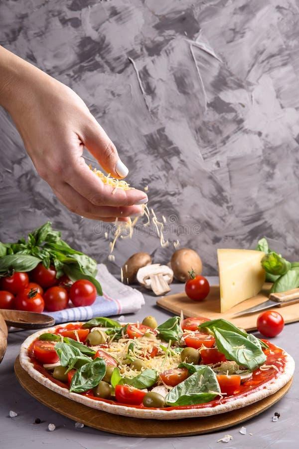 Schnelle selbst gemachte vegetarische Pizza mit Pilzen auf einer grauen Tabelle stockfoto