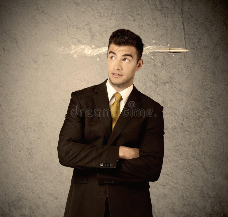 Schneller kreativer Verkaufskerl mit rauchender Kugel stockfoto