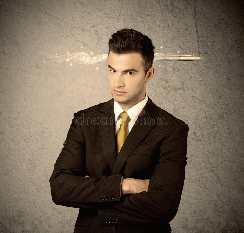 Schneller kreativer Verkaufskerl mit rauchender Kugel stockbilder