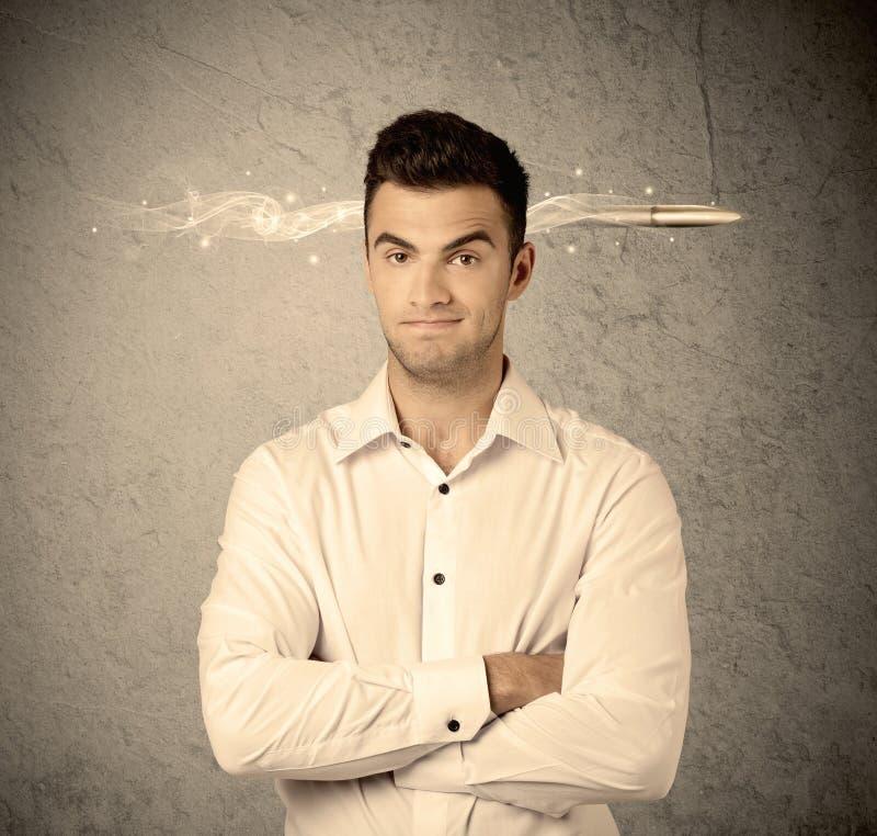 Schneller kreativer Verkaufskerl mit rauchender Kugel lizenzfreies stockbild