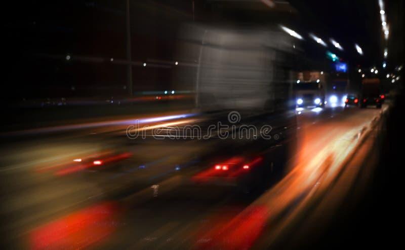 Schneller LKW, der auf Nachtdatenbahn antreibt lizenzfreies stockfoto