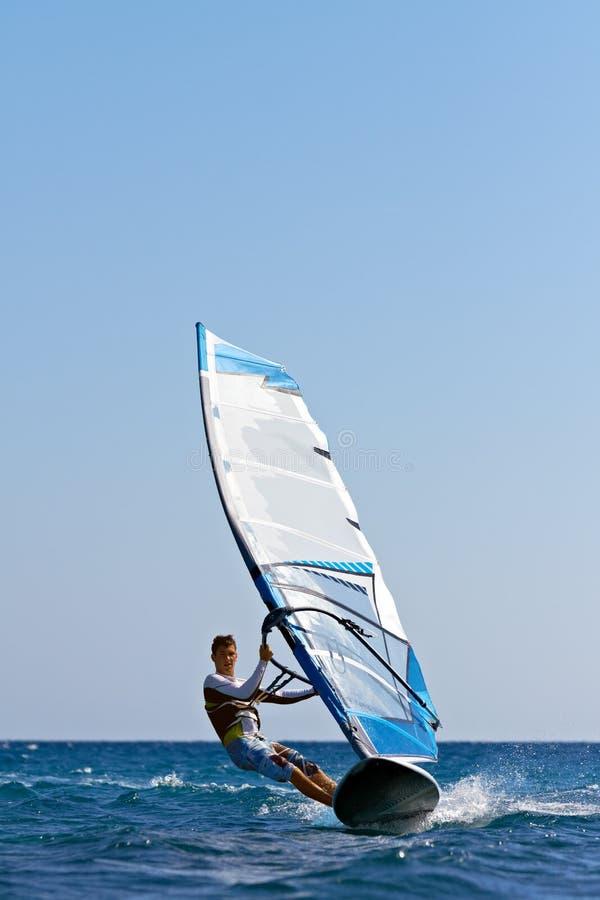 Schneller nähernder Windsurfer stockbild