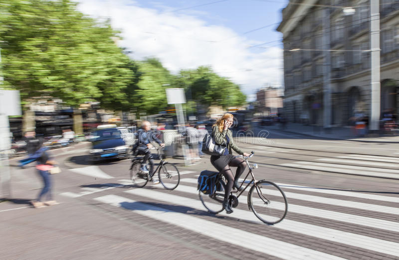 Schneller Radfahrer in Amsterdam lizenzfreie stockfotografie