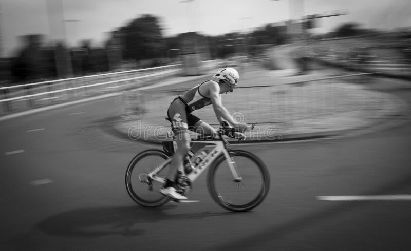 Schneller Radfahrer auf einem Zeitfahrenfahrrad stockbild
