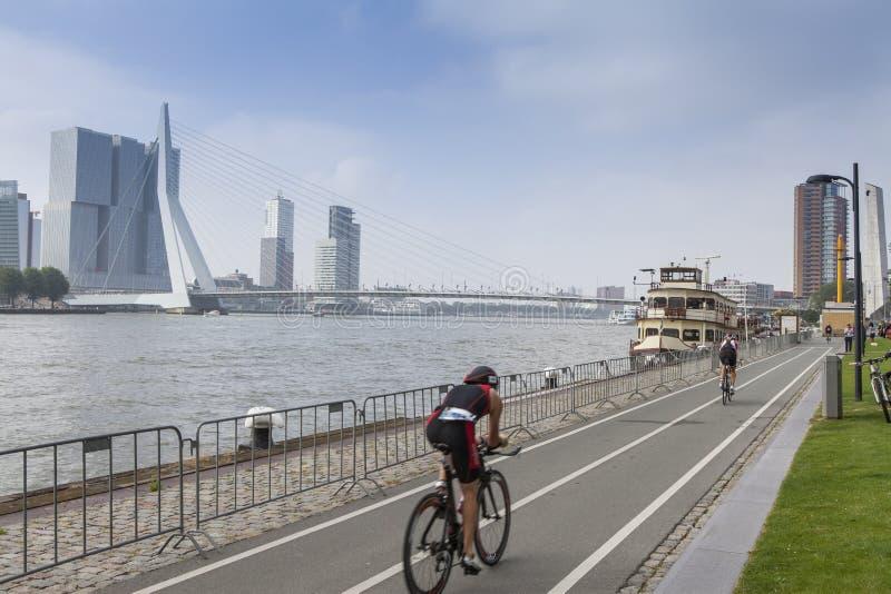 Schneller Radfahrer auf einem Zeitfahrenfahrrad lizenzfreie stockfotos