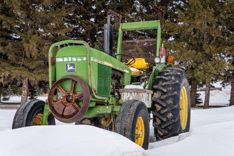 Schneller Strom, Saskatchewan, Kanada 9. März 2019: Weinlese-John Deere-Traktor im Schneeantrieb in Saskatchewan, Kanada lizenzfreies stockfoto