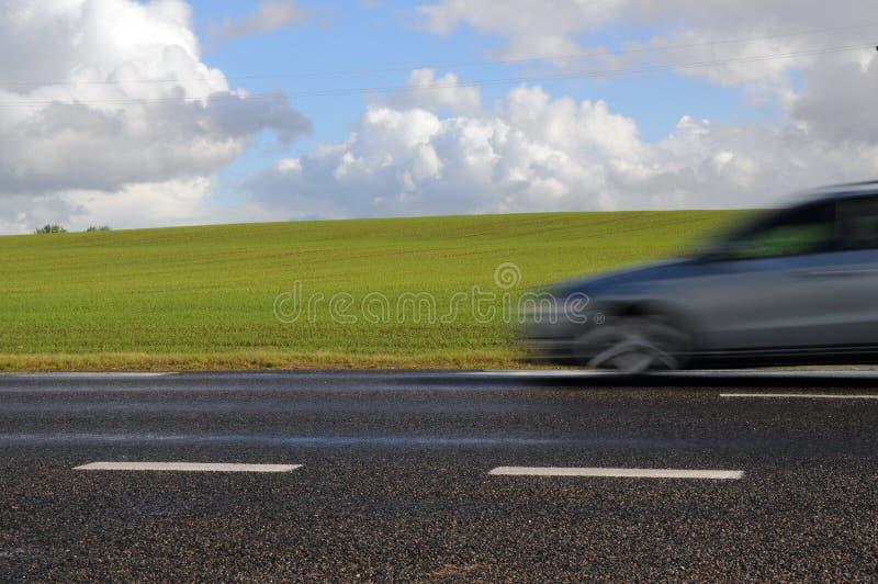Schnelles Auto auf Datenbahn lizenzfreies stockfoto