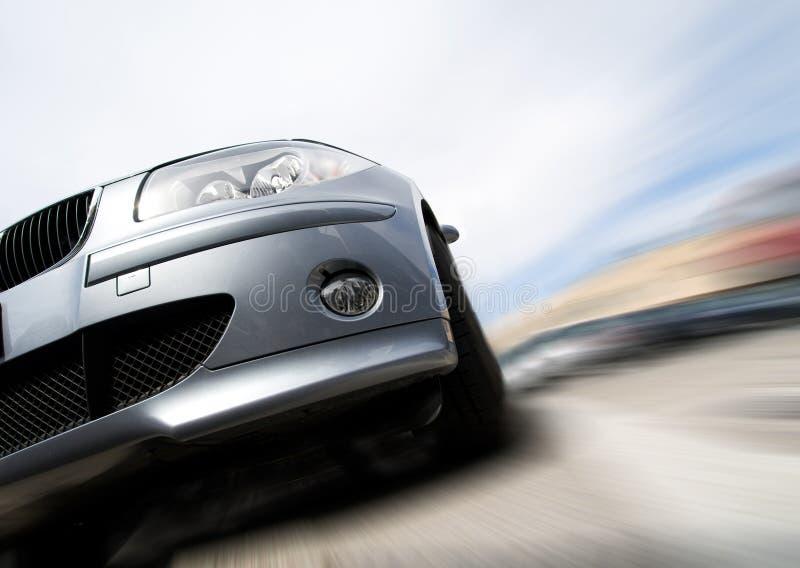 Schnelles Auto, das mit Bewegungszittern sich bewegt