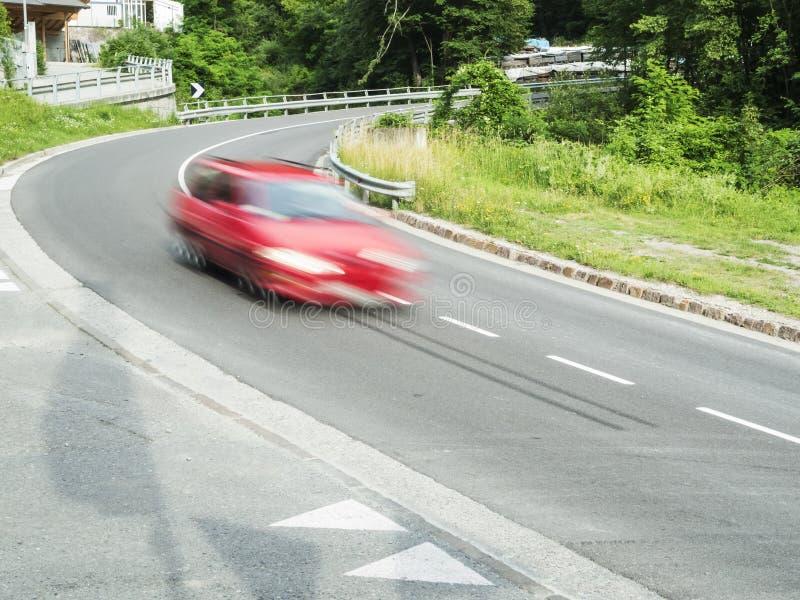 Schnelles Auto in der Kurve lizenzfreie stockfotos