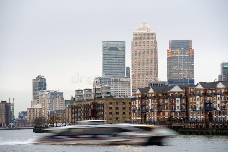 Schnelles Boot auf Themse, London; Zitronengelber Kai an der Rückseite lizenzfreies stockfoto