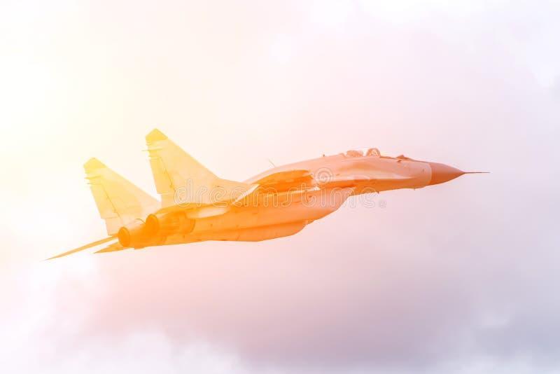 Schnelles fliegendes Kampfflugzeug in der Luft lizenzfreie stockfotos